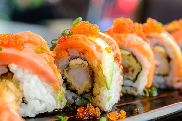 assortiment-sushi-i-rollov-v-sluzhbe-dostavki-edy-makarolls